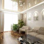 Зрительно увеличить небольшое помещение может глянцевый натяжной потолок