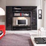Центр в современной стенки в зал остается обычно пустым - для телевизора или домашнего кинотеатра