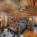 Спальная в деревянном загородном доме в стиле кантри
