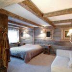 """В комбинации с белым ровным потолком древесина выглядит еще более """"теплой"""""""