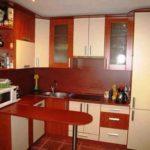 Смело: дизайн кухни гостиной небольшого размера выполнен в красных нонах
