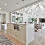 Освещение острова - идея для кухнт-гостиной размеромм не менее 30 кв м