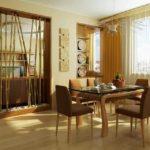 Оригинальная идея зонирования кухни и гостиной - бамбук