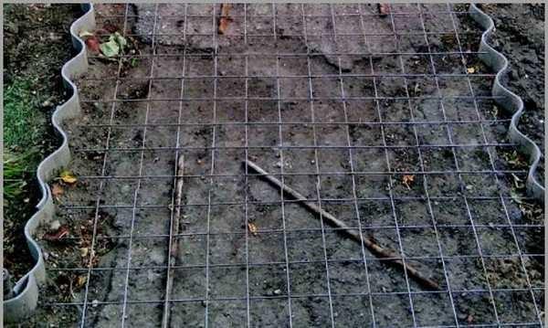Армирующая сетка (обратите внимание, что опалубка из шифера, она сниматься не будет)