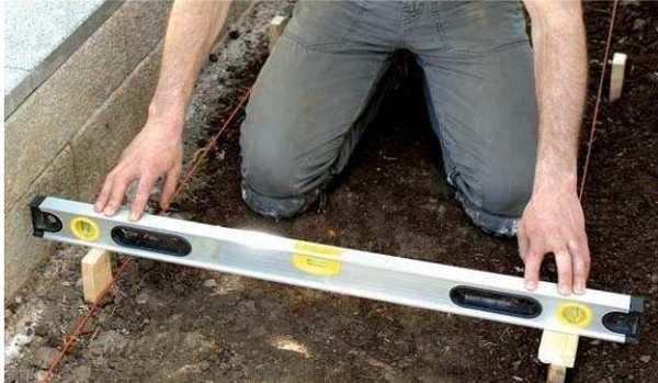 Опалубка выставляется в уровень - по ней будет ровняться бетон
