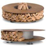 Интересно и стильно: можно поставит возле камина или печи