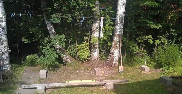 Выравнивание площадки - первый шаг строительства дровяника