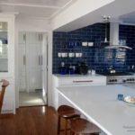 Темно-синяя плитка в белой кухне - контрастно и необычно