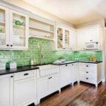 Фартук зеленого цвета в белой кухне