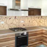 Растительный рисунок, цвета подобраны из гаммы отделочного материала кухонного гарнитура