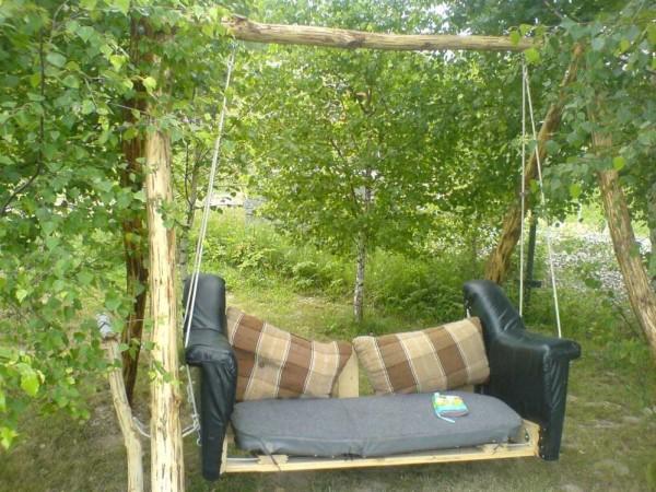 Такие качели-диван со с стойками из бревен сделать самостоятельно легко: быстро, дешево, удобно