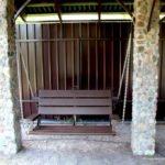 Если есть надежные столбы, прикрепить цепи от скамейки можно к ним. Получится неплохо