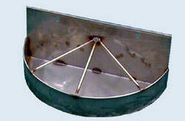 Удобная кормушка для кур: и места немного и стоит прочно, и повесить можно