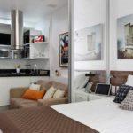 Стеклянные и зеркальные перегородки часто выручают в квартирах-студиях маленьких габаритов: они позволяют создать отдельное помещение, не деля пространство