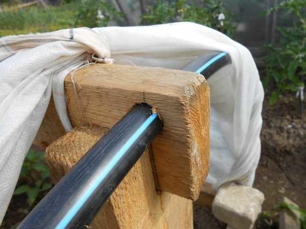 Как закрепить продольный брус в стойках