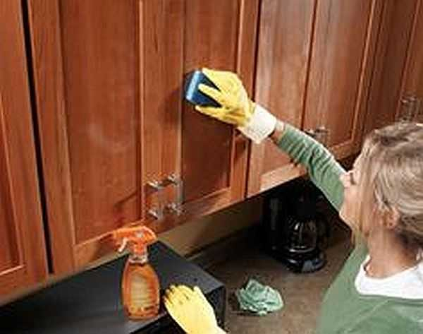 Горячая губка и средство с апельсиновым маслом вернут лоск деревянной мебели