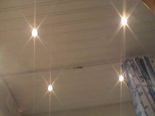 Четыре галогеновые лампочки на пластиковом потолке запитываются от одного трансформатора