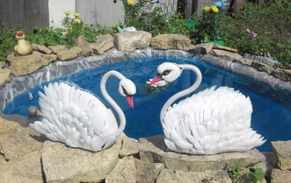 Тело этих декоративных лебедей - из покрышки, а все части из подручных материалов