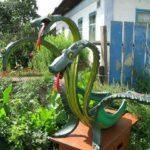 Фигура Змей-Горыныча из шин на будке...символично))