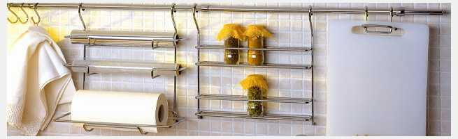 Эти подвесные полки для кухни удобны и функциональны. На такую же трубу можно повесть и сделанные своими руками