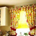 Почти прозрачные римские шторы ограничивают поступление света в окна днем, а вечером задернете плотные занавески