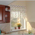 Если хотите на маленькое кухонное окно шторы с рисунком, он должен быть небольшим и неярким