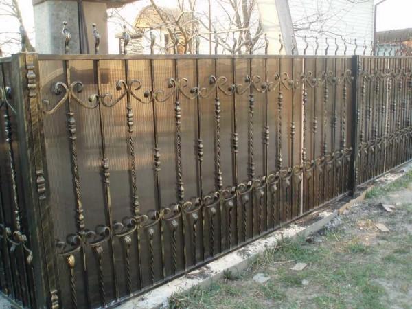 Красивый кованый забор с поликарбонатом