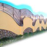Этот красивый забор требует немалого мастерства - нелинейные поверхности выводить непросто