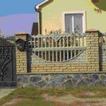 Этот комбинированный забор имеет облицованный плитняком цоколь, кирпичные столбы, к которым прикреплены бетонные декоративные плиты