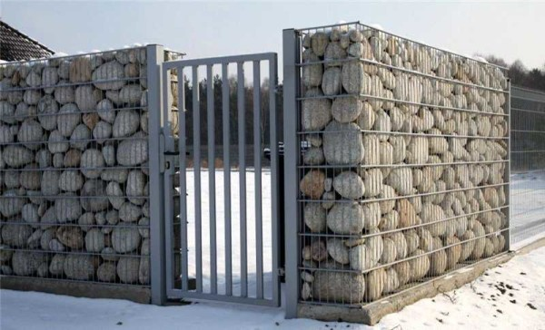 """Каменный забор, построенный по """"сухой"""" технологии - без раствора - валуны насыпаны в сетку"""