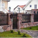 Хорошо обработанные грани натурального камня и сочетании с ковкой и поликарбонатом . Красиво и дорого