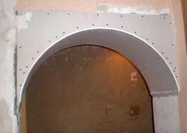 Прикрепляем полосу гипоскартона к арке