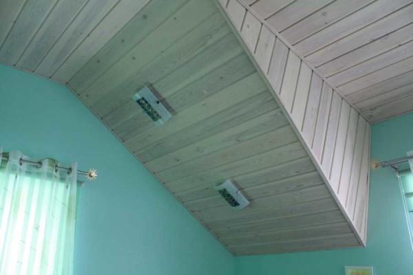 Выбеленная вагонка отлично смотрится и на стенах, и на потолке