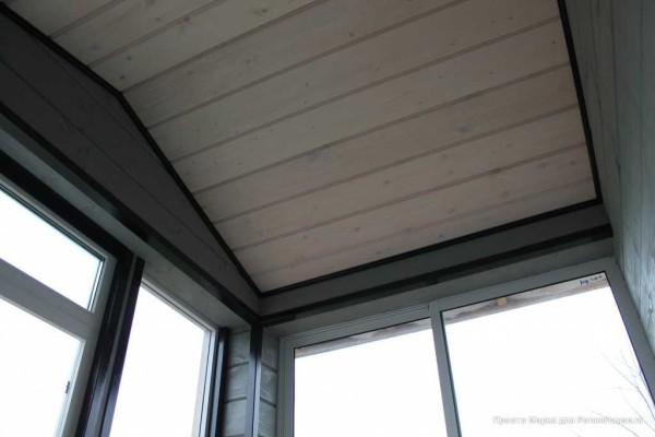Потолок - вагонка, покрашенная светлой морилкой