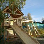 Деревянная горка - только часть игрового уголка для детей на даче