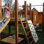 Еще вариант: детская площадка своими руками с горкой, высоким домиком, скалодромом и песочницей внизу
