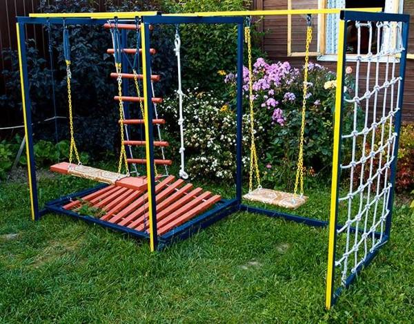 Веревочная стенка и лестница - отличный способ сделать площадку более интересной для игр