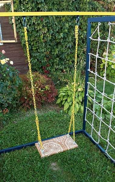 Кусок доски может быть сиденьем для подвесной детской качели