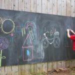 Грифельная доска на заборе - детям развлечение и развитие мелкой моторики рук