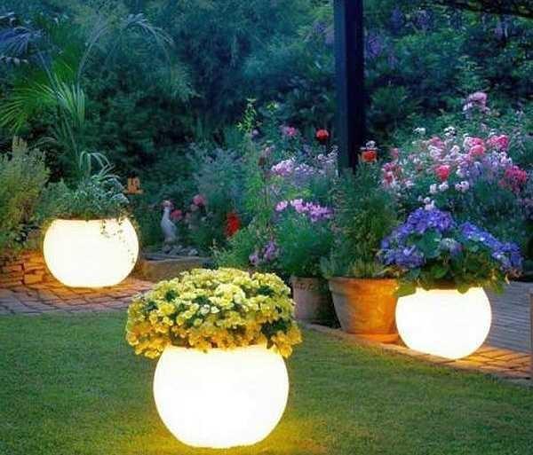 Глиняные горшки, покрашенные люминисцентной краской вечером светятся не хуже фонарей