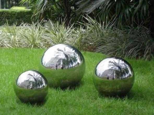 Зеркальные шары - это мячи, покрашенные краской с хром-эффектом