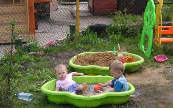 Маленьким детям нужна небольшая площадка для игр