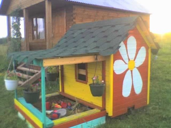 Один из вариантов детского домика с песочницей под одной крышейм