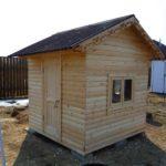 Деревянный домик для детей, обшитый вагонкой