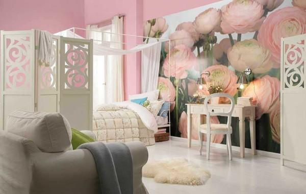 Романтично: спальня для девушки в розовом цветы на стене