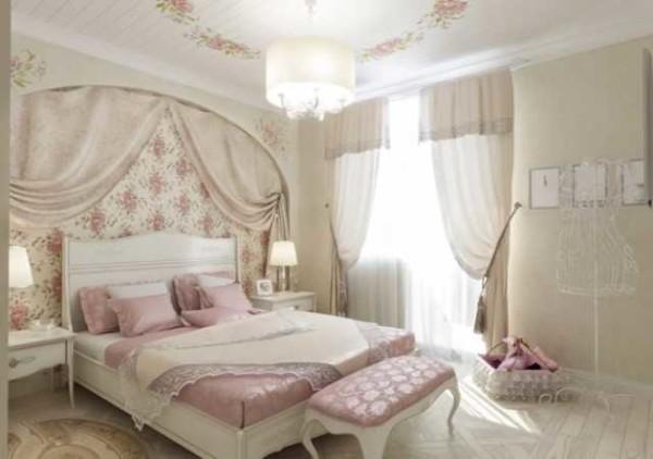 Обратите внимание на интересную идею в оформлении потолка. На окрашенный в белое деревянный потолок нанесены цветы. Они же повторяются на стене
