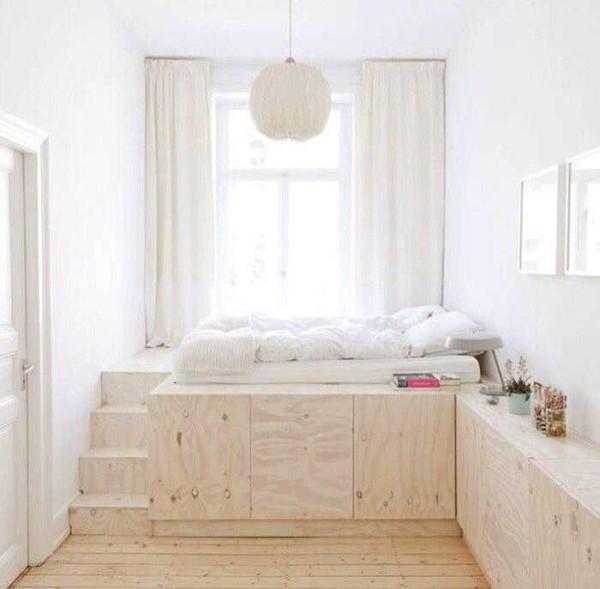 """Интересный вариант для маленьких площадей: спальное место на высоком подиуме, который используется как шкаф. Это реальный интерьер в """"хрущевке"""""""