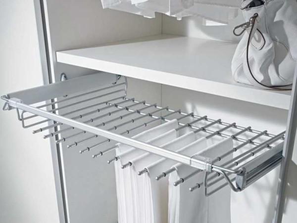 Один из вариантов наполнения гардеробной - кронштейн для юбок или брюк