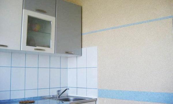 оформление стены кухни жидкими обоями