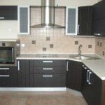 Г-образный кухонный гарнитур из МДФ с темным фасадом